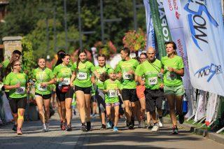 Grupa biegaczy w zielonych koszulkach