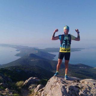 Biegacz na szczycie gór